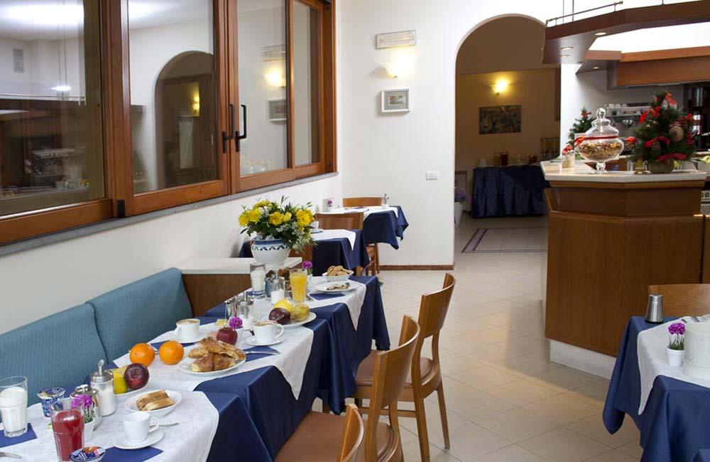 http://www.hotelbonifacio.it/wp-content/uploads/2015/01/colazione071.jpg
